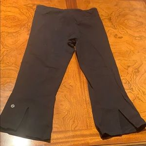 Lululemon black cropped Capri pants